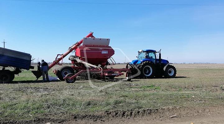 трактор New Holland Т8.410 фото в работе с сеялкой